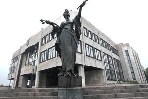 Socha Jána Kulicha Vítanie jari pred parlamentom.