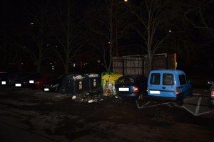 Požiar poškodil aj vedľa zaparkované auto.