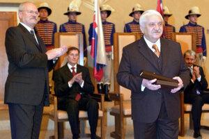 Z rúk prezidenta Ivana Gašparoviča si preberá štátne vyznamenanie Pribinov kríž II. triedy.