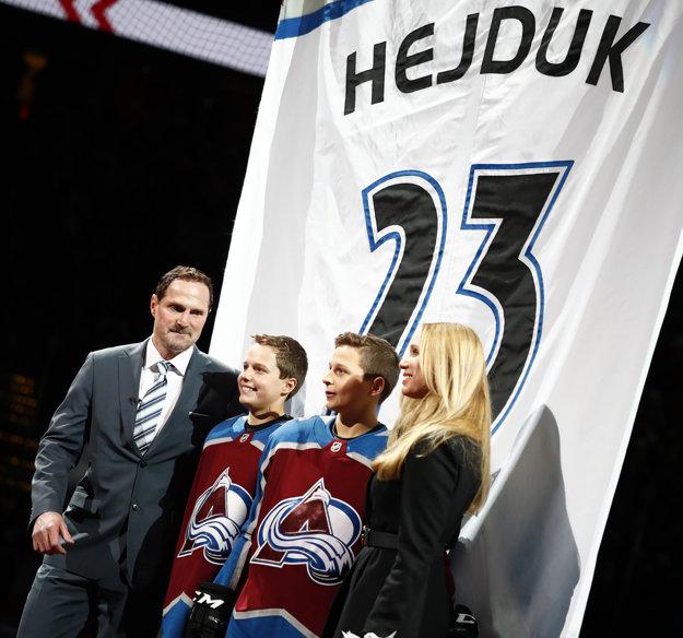 Milan Hejduk, synovia Marek a David a manželka Zlatuše pózujú počas slávnosti vyvesenia dresu.