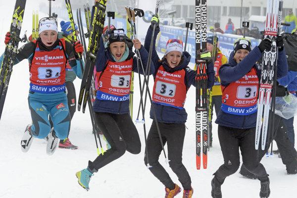 Francúzske biatlonistky oslavujú svoj triumf. Sprava Anais Bescondová, Anais Chevalierová, Celia Aymonierová a Justine Braisazová.