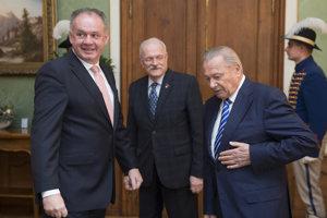 Prezident SR Andrej Kiska a bývalí prezidenti Ivan Gašparovič a Rudolf Schuster počas prijatia v Prezidentskom paláci.