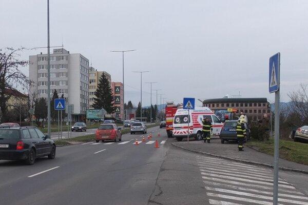 Hasiči a záchranka pri nehode na Ulici SNP v Žiari.