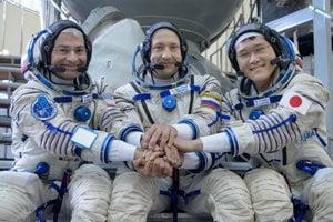 Japonský astronaut Norišige Kanaj (vpravo), Mark Vande Hei (vľavo) a Alexander Misurkin (v strede) - členovia 52. expedície na ISS.