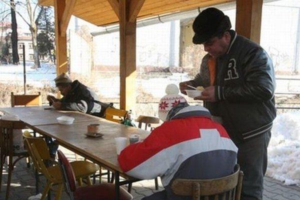 Pomocou sú aj teplé polievky od katolíckej charity.