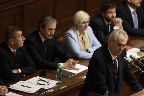 Český prezident Miloš Zeman (vpravo) počas prejavu pred vyslovením dôvery vláde Andreja Babiša (vľavo).