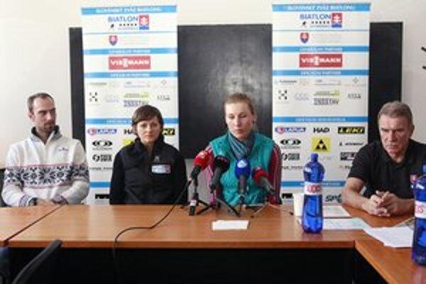 Zľava Miroslav Matiaško, Jana Gereková, Anastasia Kuzminová a prezident SZB Ján Hyža počas tlačovej besedy pred odchodom výpravy na MS 2013 v Novom Meste na Morave.