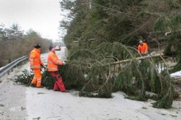 Cesta medzi Priechodom a Balážmi bola kvôli popadaným stromom neprejazdná.
