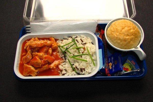 Teplé jedlo. Ak letíte nízkonákladovou spoločnosťou dostanete toto.