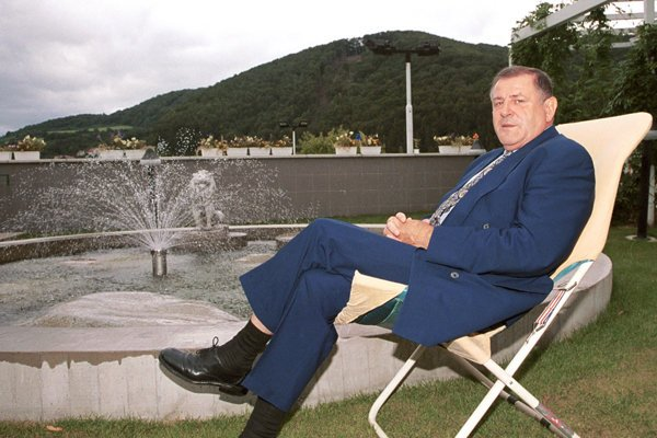 Vtedajší predseda Hnutia za demokratické Slovensko Vladimír Mečiar v penzióne Elektra v Trenčianskych Tepliciach na archívnej fotke z roku 2001.
