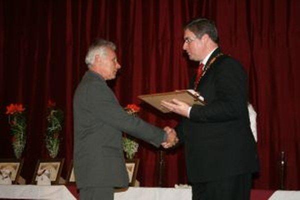 Peter Bečík prevzal nedávno významné ocenenie z rúk primátora