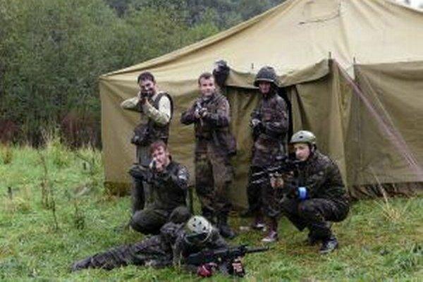 Pred búrkou sa účastníci súťaže Horehron airsoft day ukryli vo vojenskom stane.