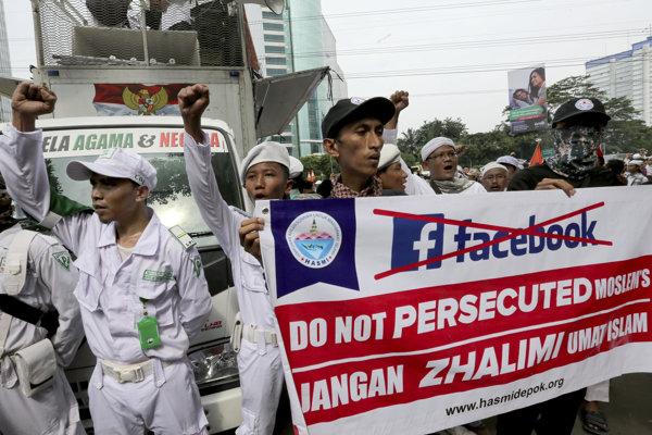 Moslimovia protestujú v Jakarte proti opatreniam spoločnosti Facebook.