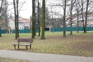 Za plotom je trávnik s mestskou zeleňou, pozemok patrí cirkvi.