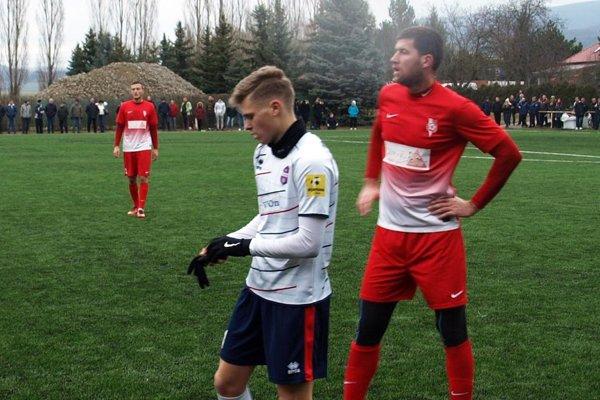 V bielom dorastenec FC ViOn Jakub Švec, vpravo stopér Serede Michalík.