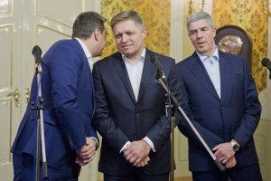 Zástupcovia koaličných strán. zľava predseda NR SR Andrej Danko (SNS), predseda vlády SR Robert Fico (SMER-SD) a podpreseda NR SR Béla Bugár (Most - Híd). Ilustračné foto