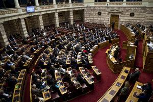Na snímke vpravo grécky premiér Alexis Tsipras počas prejavu v parlamente pred hlasovaním o návrhu zákona obmedzujúceho práva organizovať štrajky.