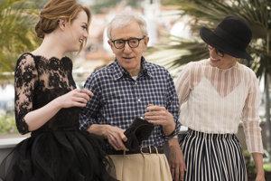 Woody Allen a herečky  Emma Stone (vľavo) a Parker Posey, ktoré hrali v jeho filme Iracionálny muž.