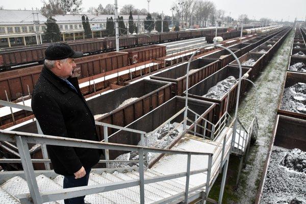 Na snímke minister dopravy, výstavby a regionálneho rozvoja SR Árpád Érsek počas prehliadky železničnej stanice v Čiernej nad Tisou.