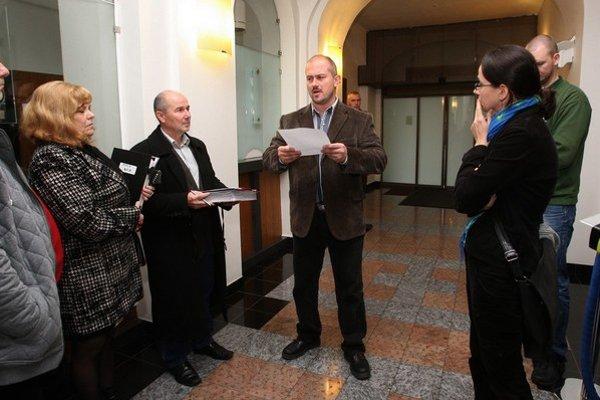 Župan Marian Kotleba vysvetľoval rodičom postihnutých detí, že im namiesto domov bude lepšie v starých kaštieľoch.