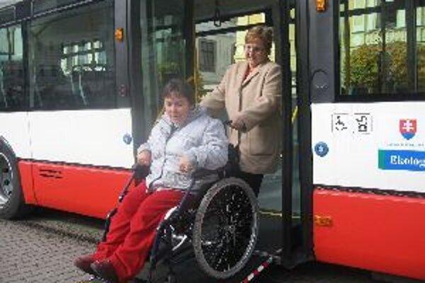 Nízkopodlažné autobusy sú prínosom aj pre hendikepovaných obyvateľov Banskej Bystrice