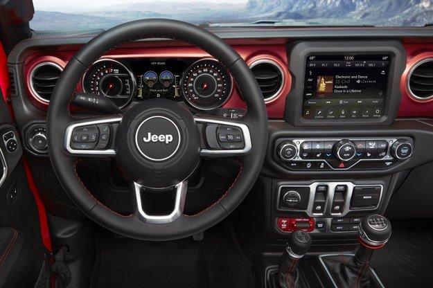 Kokpit kombinuje klasický dizajn s modernými technológiami. Zaujímavosť na prístrojovom paneli sú dva malé prístroje medzi rýchlomerom a otáčkomerom, zobrazujúce priečny a pozdĺžny sklon vozidla.