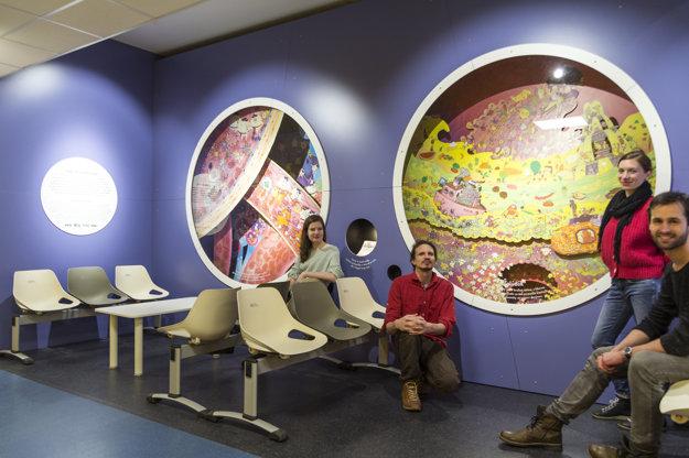 Ilustrované okná v čakárni na detskej rádiológii na Kramároch.