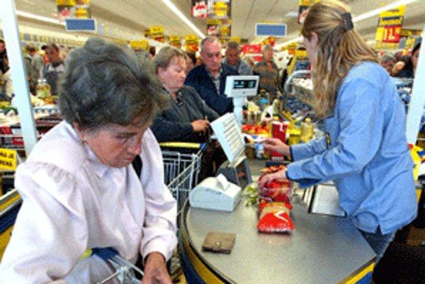 Brigádnikov umiestňujú aj za pokladne v hypermarketoch.
