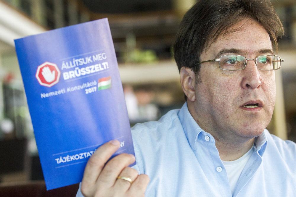 Bývalý šéfredaktor zrušeného denníka Népszabadság  András Murányi drží vládny leták o referende s názvom Zastavte Brusel!