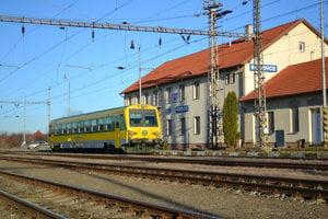 Cezhraničné železničné spojenie z Bratislavy do susednej maďarskej Rajky sa obnovilo takmer po desaťročí. Cieľom je  posilnenia prímestskej dopravy v hlavnom meste.