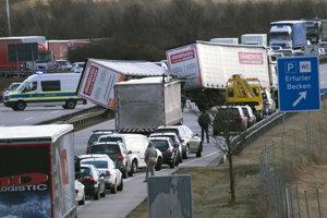 Silný vietor spôsobil nehodu nákladných áut na nemeckej diaľnici.