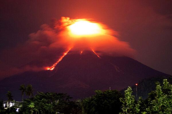 Sopka stále chrlí lávu.