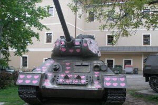 Tank pri Pamätníku SNP niekto pokreslil ružovými srdiečkami
