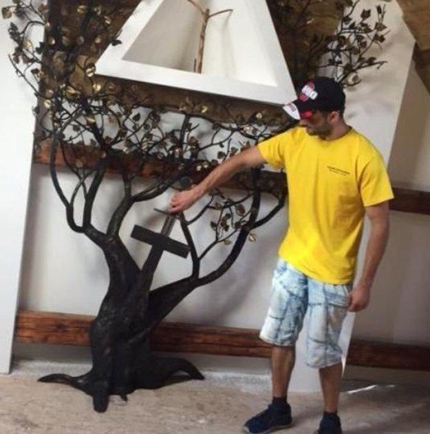 Centrom spoločenskej miestnosti je Strom života, umelecké dielo, ktoré vytvoril mladý kováč Daniel Klucha.