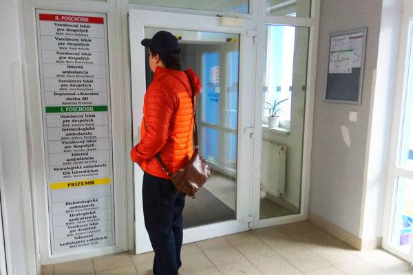 Pacienti vonku čakajú, kým im ráno otvoria hlavný vstup do budovy, aby sa mohli čo najskôr zapísať do poradovníka.