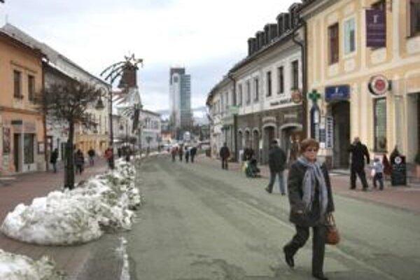 V predchádzajúcej diskusii viacerí čitatelia kritizovali, že námestie sa vyľudňuje. Kradne mu ľudí obchodné centrum?