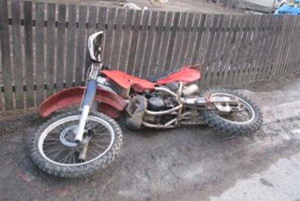 Motocykel bez evidenčného čísla skončil pri plote