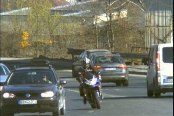 Ak poznáte na zábere tohto nezodpovedného motocyklistu, kontaktujte políciu
