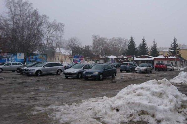 Parkovisko adrevená dedina. Vtýchto miestach vyrastie nové moderné nákupné stredisko.