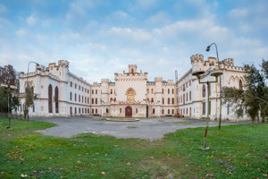 Kaštieľ v Rusovciach s parkom je národnou kultúrnou pamiatkou evidovanou v Ústrednom zozname pamiatkového fondu SR.