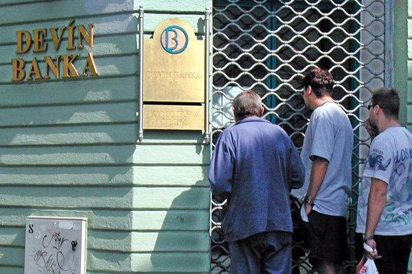 Na archívnej snímke z 27. augusta 2001 zaskočení klienti Devín banky pred žilinskou expozitúrou.