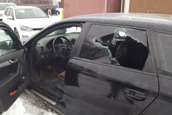 Muž odmietal vyjsť z auta.
