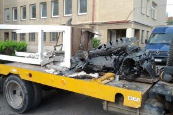 Sochárske dielo skončilo zničené na nákladnom aute