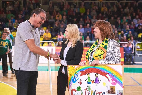 Zástupca basketbalového klubu MUDr. Gabriel Földi odovzdal symbolický šek Alžbete Sivej, hovorkyni AGEL SK a MUDr. Daniele Virgovej primárke detského oddelenia.