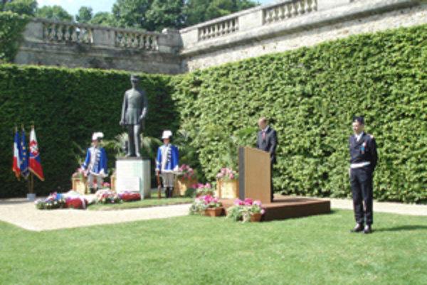 Repliku sochy M.R. Štefánika v generálskej uniforme darovalo BreznoMeudonu pred desiatimi rokmi.