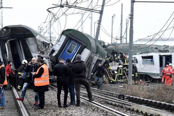 Vykoľajený vlak neďaleko Milána.