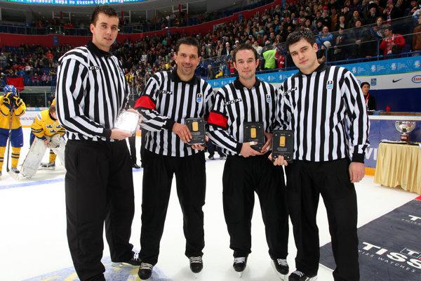 Spoločná fotka rozhodcov po finálovom stretnutí Švédsko – USA (1:3) na majstrovstvách sveta do 20 rokov vruskej Ufe vroku 2013. Na fotke zľava: P. Stano (SVK), D. Massy (SUI), P. Smith (CAN), S. Raming (RUS).