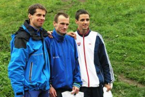 druhý Milan Madaj, víťazný Andrej Dlugosz, tretí Martin Urbanovský na stupni víťazov.