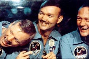 Traja astronauti, ktorí pristáli na Mesiaci v roku 1969, zľava Neil Armstrong, Michael Collins a Buzz Aldrin. Do mesačného prachu vstúpili len Armstrong a Aldrin. Strávili tam dve a pol hodiny.
