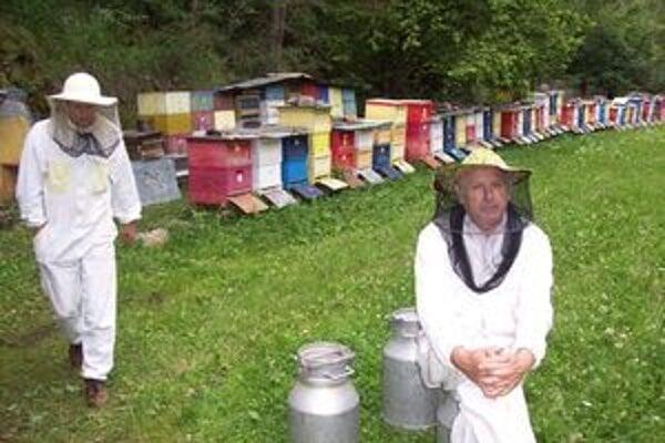 Gandžalovci - otec a syn pracujú pri včelách.